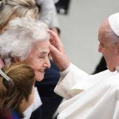 Papa Francesco: «siamo tutti passati dalle ginocchia dei nonni»